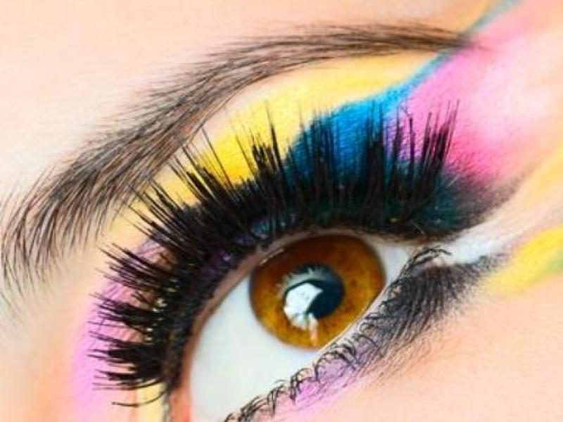 Jak stosować kontrastowe kolory w makijażu?