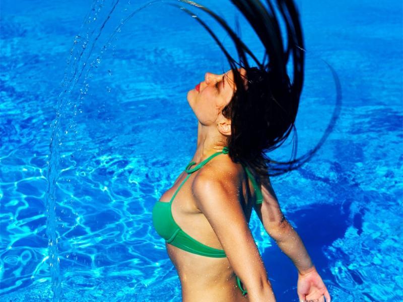 Jak ujarzmić włosy po kąpieli w basenie