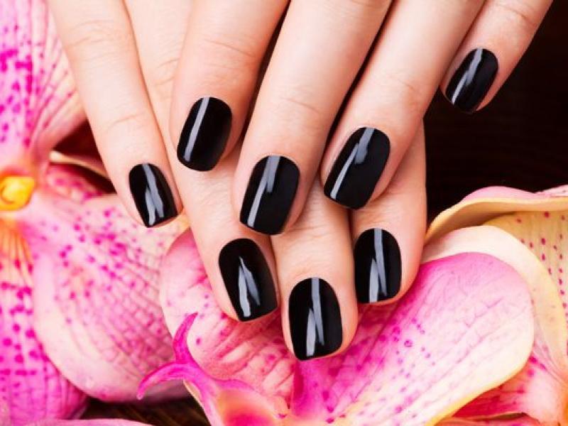 Jak używać ciemnego lakieru do paznokci?
