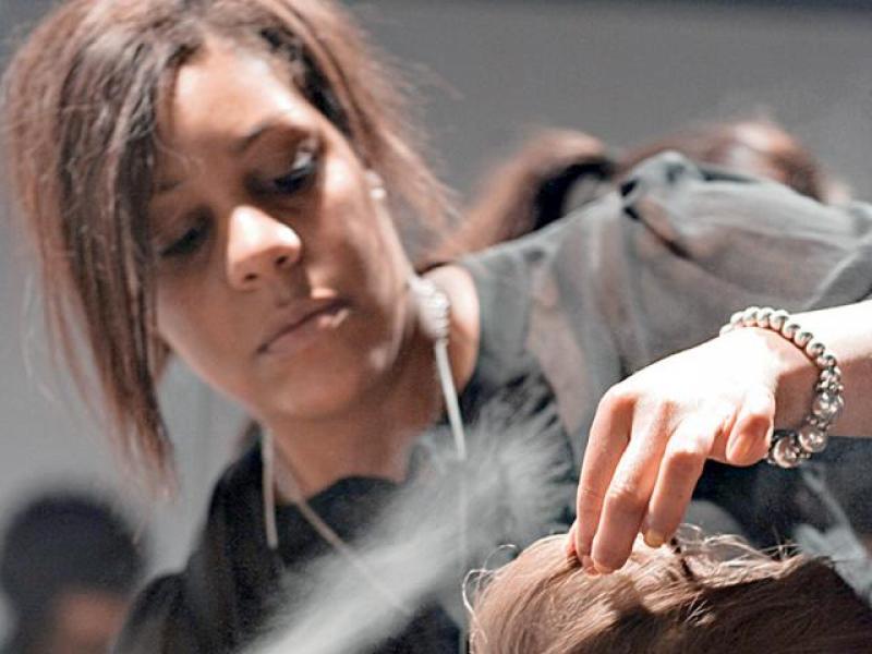 Jak używać lakieru do włosów