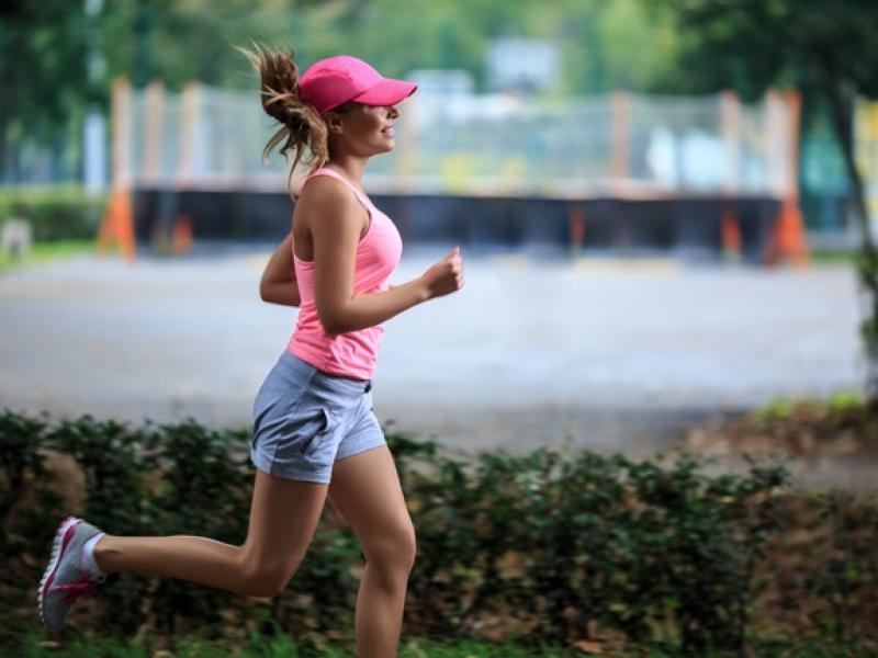 43da2bbc7 Wielu początkujących biegaczy trenuje w zwyczajnych spodniach dresowych i  podkoszulkach. Czy to dobry wybór? W czym najlepiej biegać?