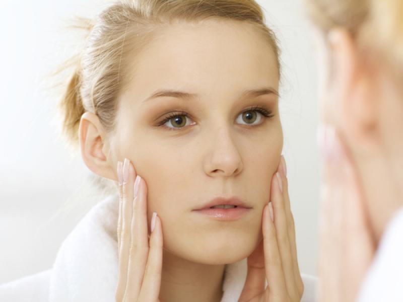 Jak wygląda i kiedy stosować głęboki peeling powiek?