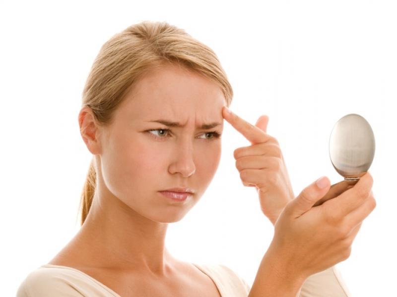 Jak zamaskować pryszcze makijażem?