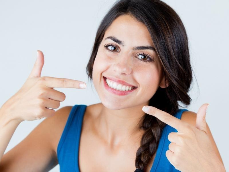Białe zęby uśmiech