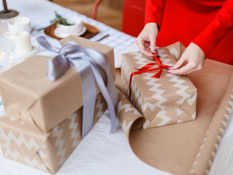 Jak zapakować prezent? Poznaj 5 prostych i szybkich patentów!