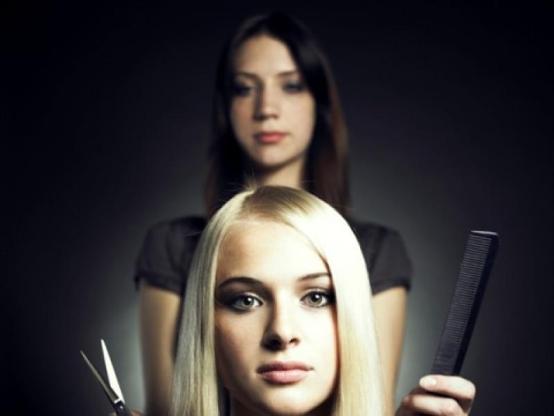Jak zapobiegać elektryzowaniu się włosów?