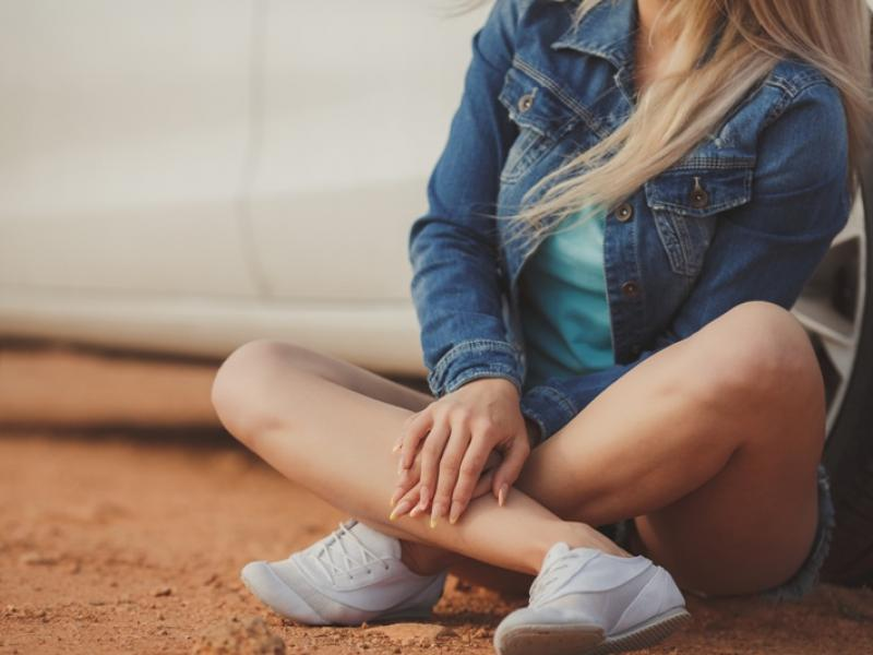 Jak zatuszować zadrapania na białych butach? Porady domowe