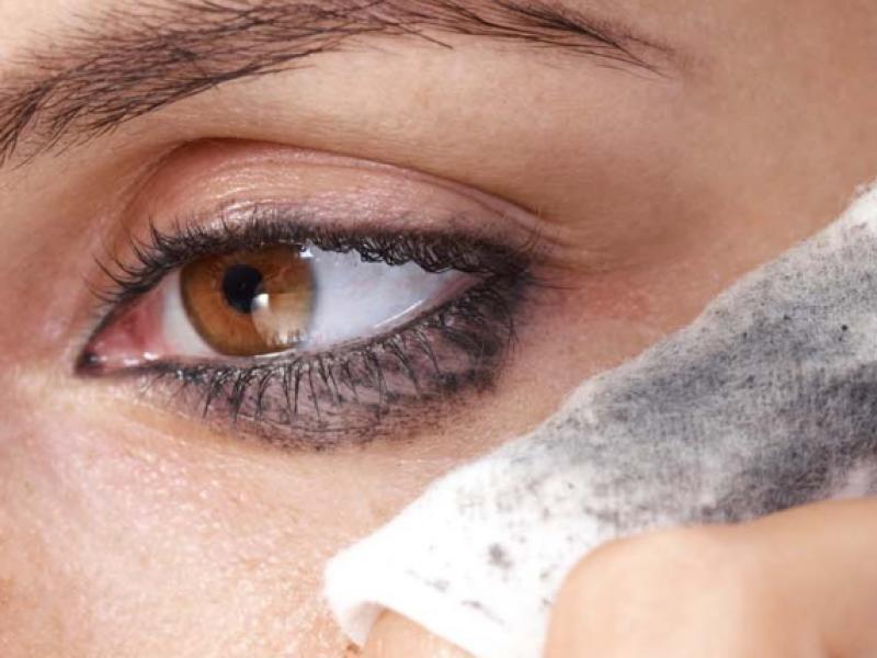 Jak zmywać woodoporną maskarę