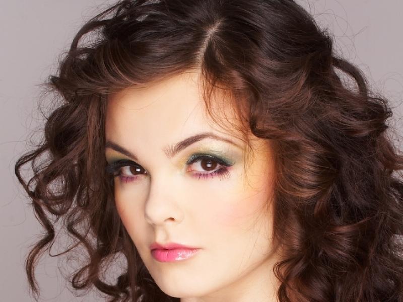 Przed podkręcaniem włosów wmasuj w nie piankę utrwalajacą i podkreślajacą skręty