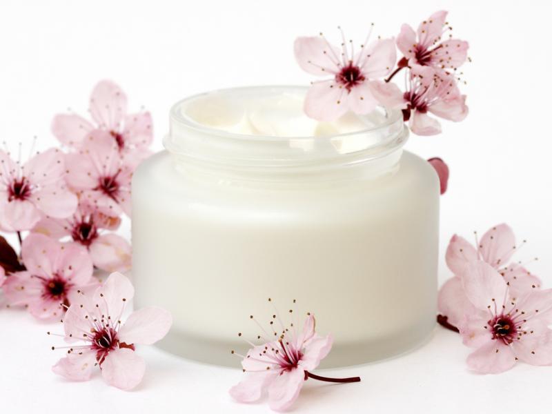 Jakie kosmetyki spowalniają procesy starzenia skóry?