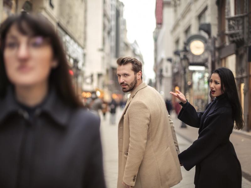 Para na ulicy, on ogląda się na inną
