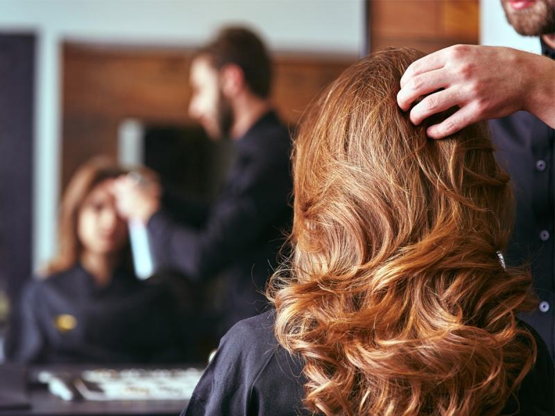Każda z nas chociaż raz w życiu farbowała włosy. Ale która tak naprawdę wie, jaki kolor do niej pasuje?