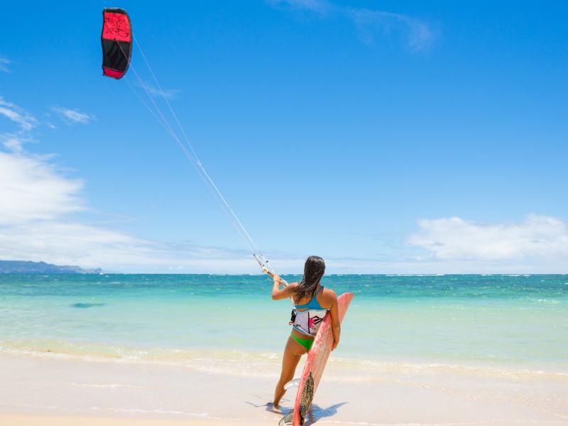 Kitesurfing to widowiskowy, ale bardzo wymagający sport. Dlaczego?