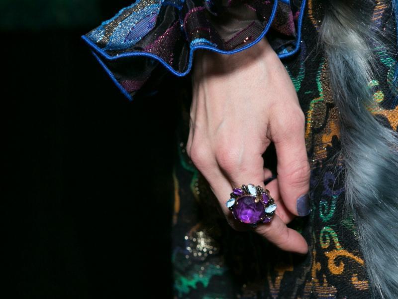 Klasyczna torebka, efektowna biżuteria i elegancki zegarek. Jakie dodatki jeszcze warto mieć? Zobaczcie same!
