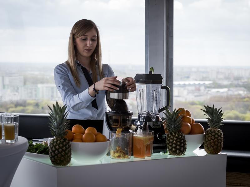 Kobieta przygotowująca soki z wyciskarki wolnoobrotowej