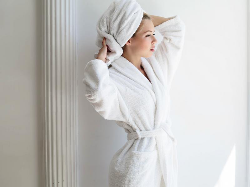 kobieta w szlafroku w łazience