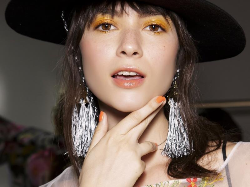 Kobieta z paznokciami pomalowanymi na pomarańczowo