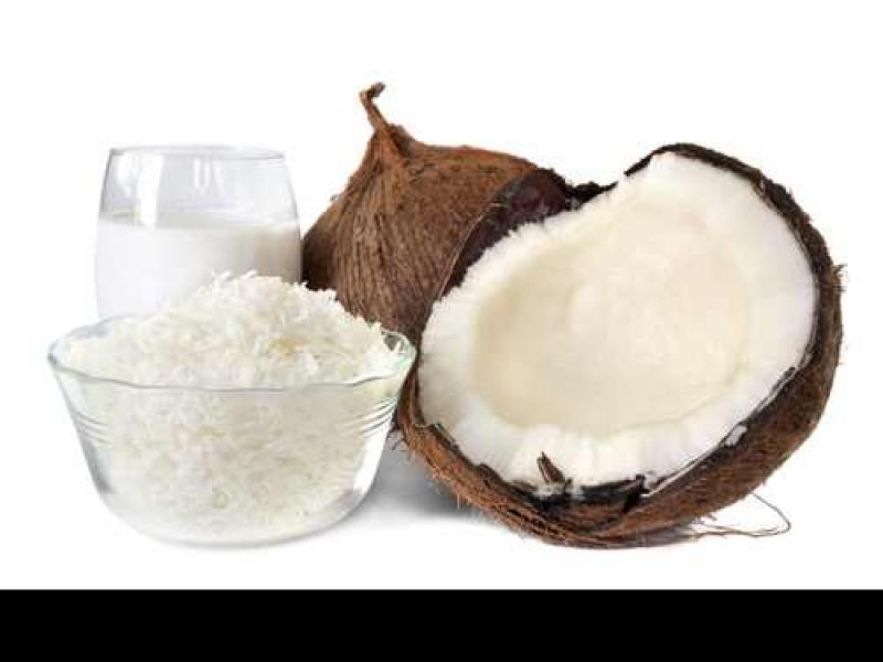 Mleczko kokosowe powstaje dzięki zmielonemu miąższowi orzecha, jest białe, gęste i kremowe.