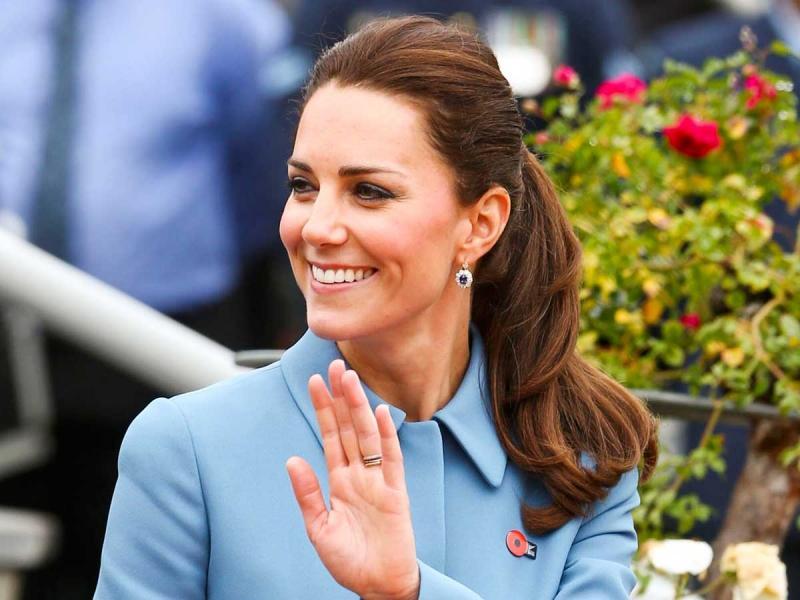 Księżna Kate ostatniego dnia pobytu w Polsce postawiła na niebieski płaszcz i beżowe szpilki Gianvito Rossi