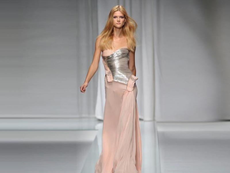Kto lepiej w sukience od Versace