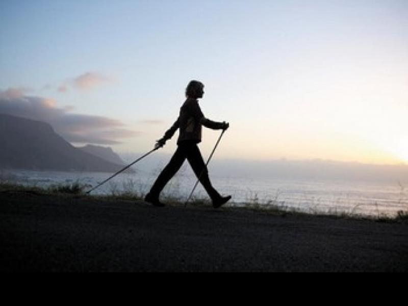Kije przydają się nie tylko do chodzenia, ale też do ćwiczeń.