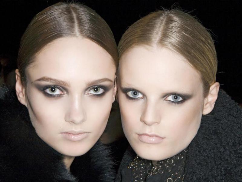 Którą fryzurę wolisz: przedziałek pośrodku czy z boku
