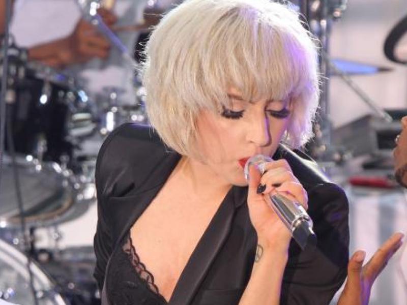 Lady Gaga występuje ubrana prawie zwyczajnie