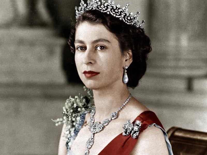 Lubi sobie strzelić kielicha, jeździ jak pirat drogowy. Na tronie zasiadła 65 lat temu. Elżbieta II obchodzi dziś swój szafirowy jubileusz