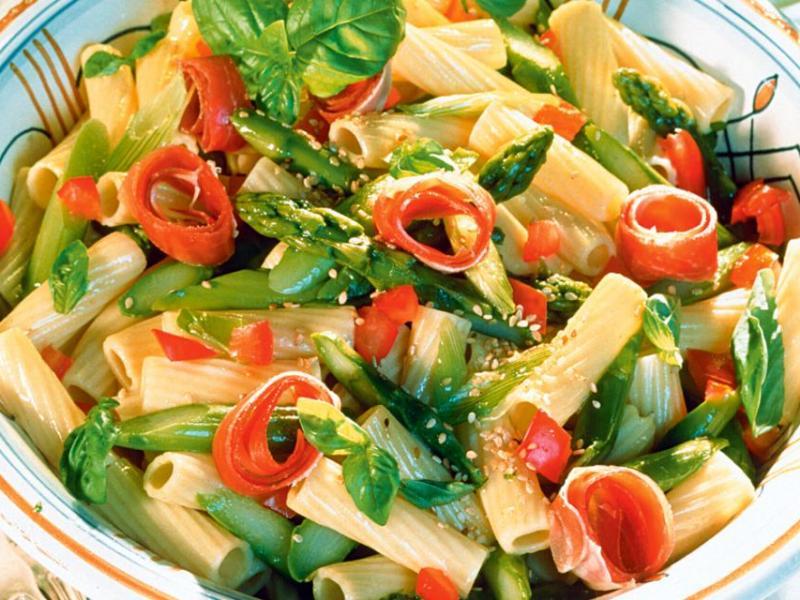 Makaronowa sałatka ze szparagami