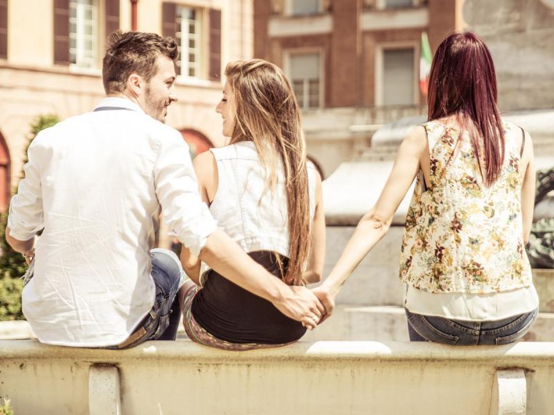 Męża, nawet idealnego lepiej nie zostawiać z atrakcyjną koleżanką... ?