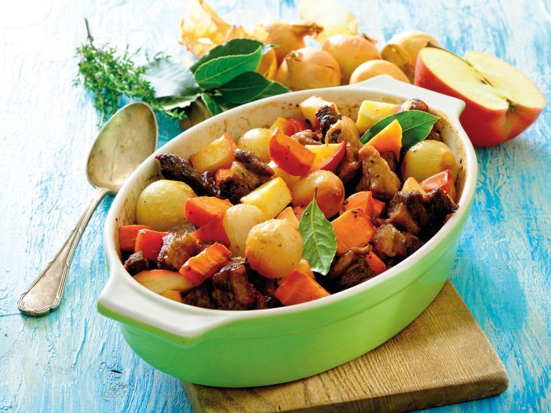 Mięso i warzywa z jabłkami