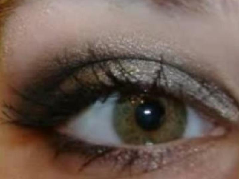 Mocny makijaż dla niebieskich oczu (video)