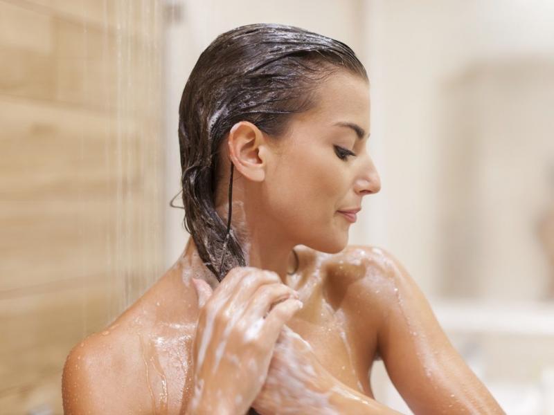 Moja skóra głowy jest sucha na czubku, a przetłuszczająca się po bokach – jak o nią dbać?