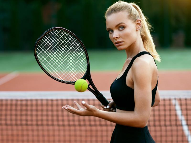 Kobieta grająca w tenisa