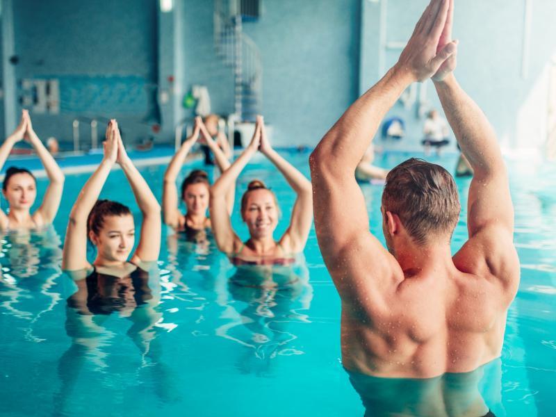 Nie męczy i spala mnóstwo kalorii! Dlaczego warto trenować aqua aerobik?