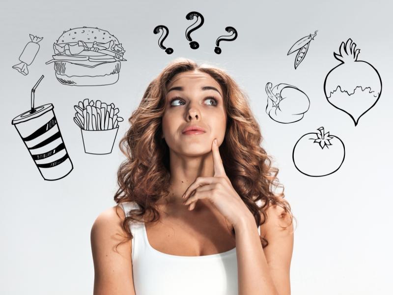 Kobieta zastanawia się co jeść, żeby schudnąć