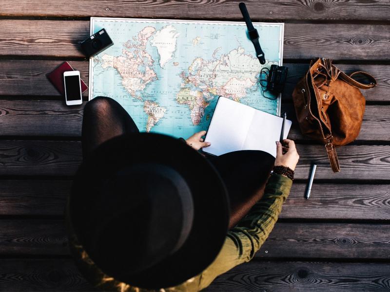 Nie z rodziną, facetem czy przyjaciółmi. Jaki styl podróżowania będzie hitem tego roku?