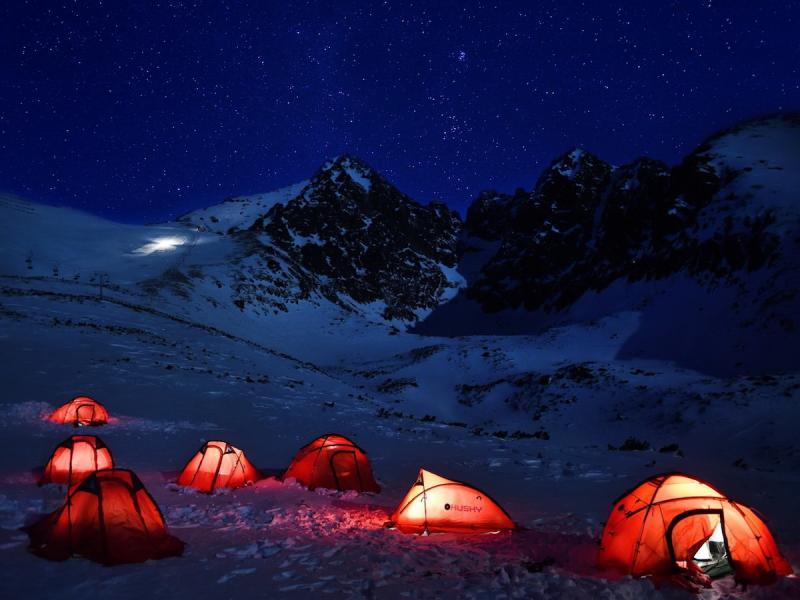 Noc pod namiotem w środku zimy w górach? Te atrakcje są nie tylko dla miłośników mocnych wrażeń. Jak wygląda kemping w lutym