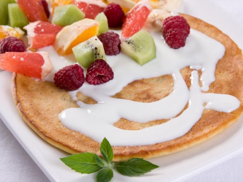 Omlet z jogurtem i owocami. Fot. Wydawnictwo Rodzinne.