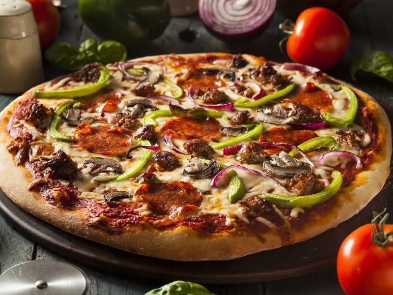 Pizza z kiełbasą i oliwkami