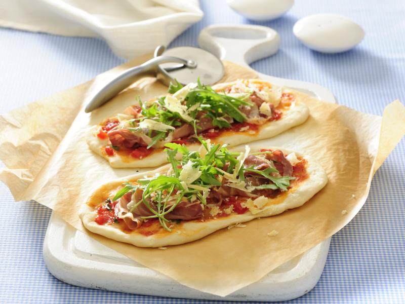 Pizza z szynką na cieście razowym