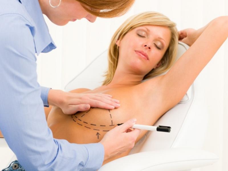 Plastyka piersi – wywiad z chirurgiem plastykiem