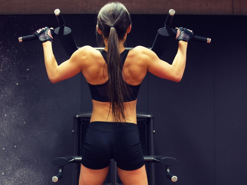 Podciąganie na drążku nie jest tylko dla facetów! Rzeźbi ramiona i wzmacnia mięśnie pleców