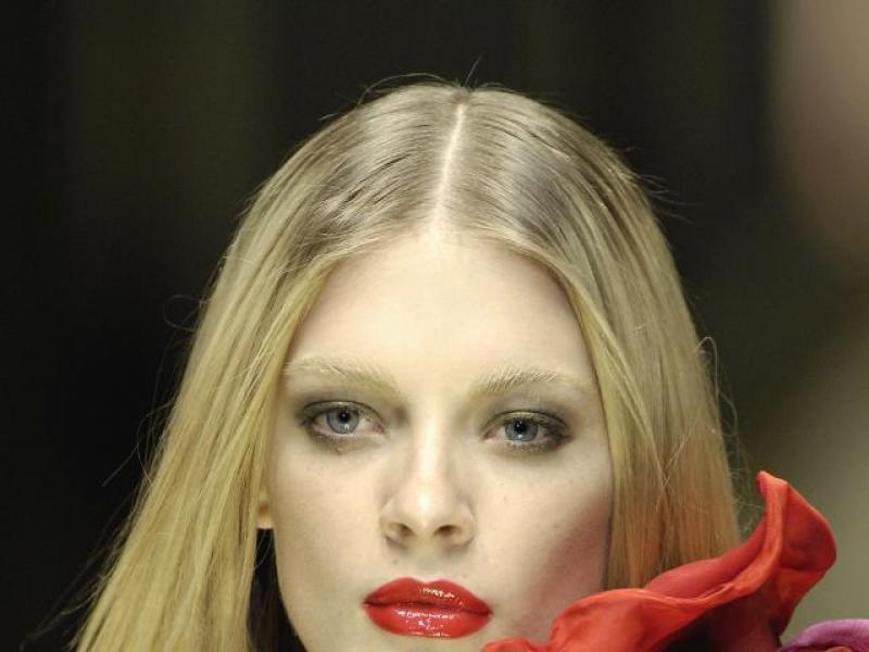Purpurowy makijaż ust