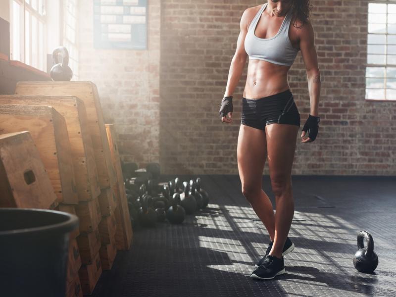 Regularne chodzenie na siłownię ma zbawienny wpływ na sylwetkę. Dlaczego?