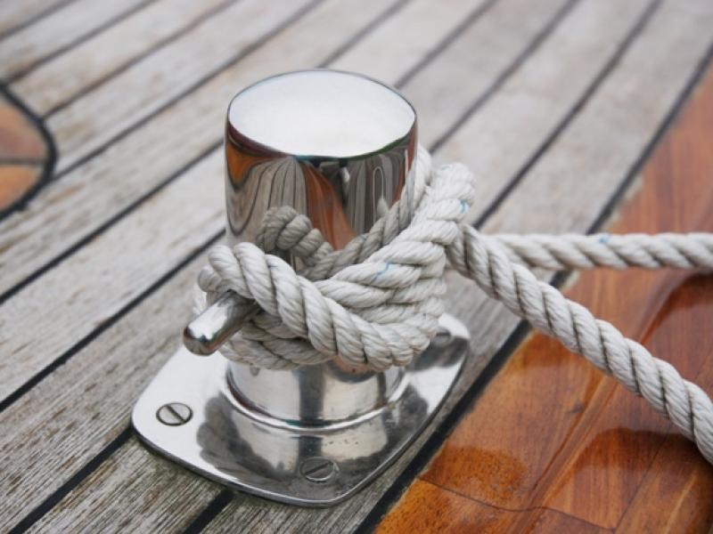 Przy wiatrach dopychających dochodzimy do pomostu najczęściej na samym foku. Jacht, gdy utraci prędkość, zawsze powinien się zatrzymać.
