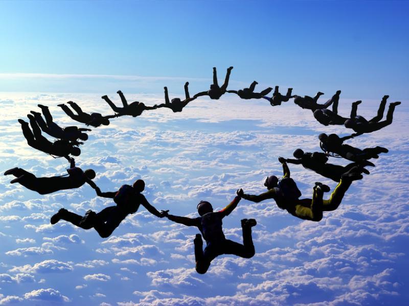 Znalezione obrazy dla zapytania skok ze spadochronem