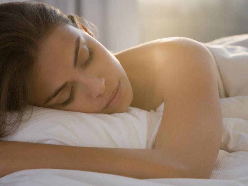 spanie z innymi podczas randek