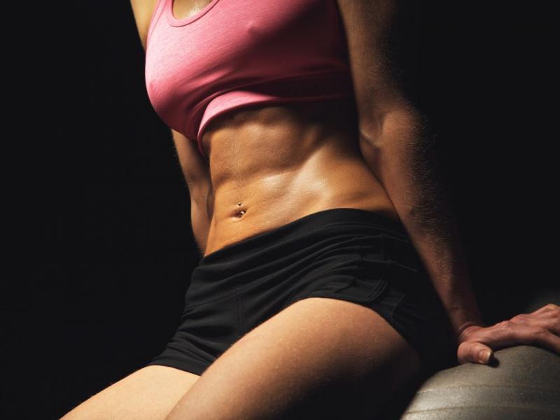 Sprawdź to! Najlepsze ćwiczenia modelujące uda, talię i brzuch