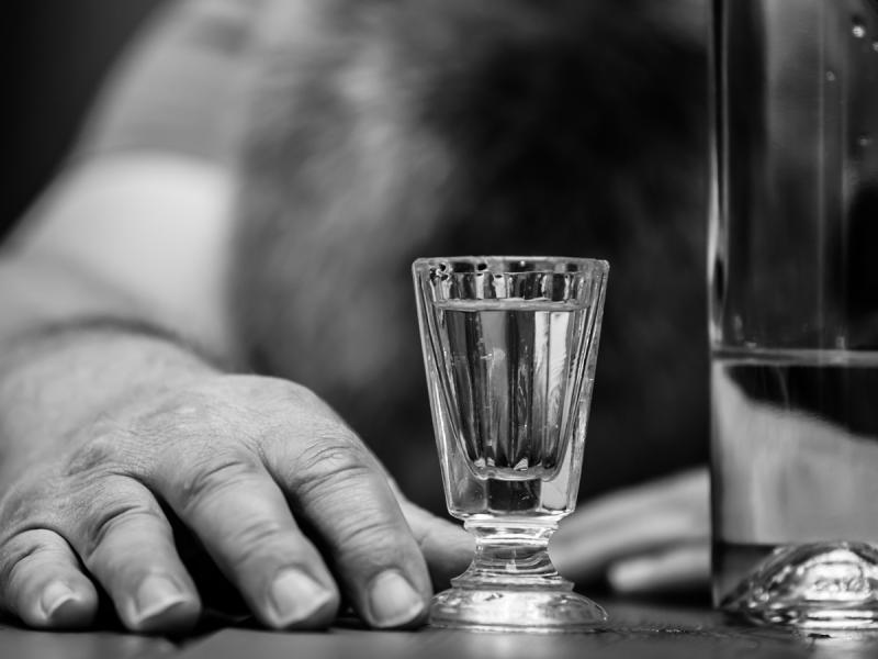 """""""Sprzątałam po nim i pilnowałam, by się nie zadławił wymiocinami"""" - historia żony alkoholika"""